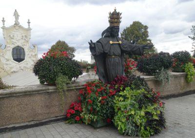 108 Posąg Chrystusa Króla nad wejściem do Wieczernika