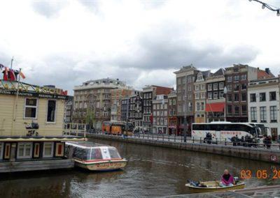 Przystań w Amsterdamie z widokiem na kamieniczki